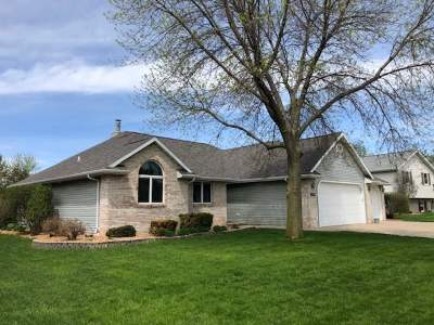 Menasha Single Family Home Active-No Offer: 1240 Deer Haven