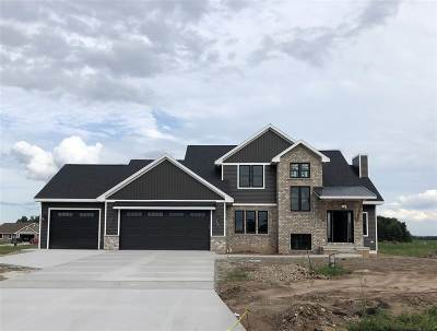 De Pere Single Family Home Active-No Offer: 929 Raven Claw
