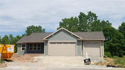 Menasha Single Family Home Active-No Offer: 1625 Hickory Hollow