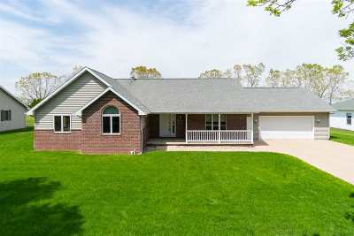 Appleton Single Family Home Active-No Offer: 1128 E Greenbrier