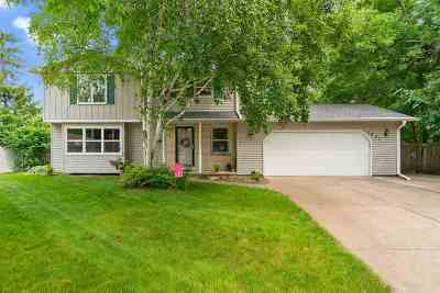 De Pere Single Family Home Active-No Offer: 1801 Lost Dauphin
