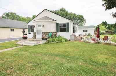 De Pere Single Family Home Active-No Offer: 1413 Lost Dauphin