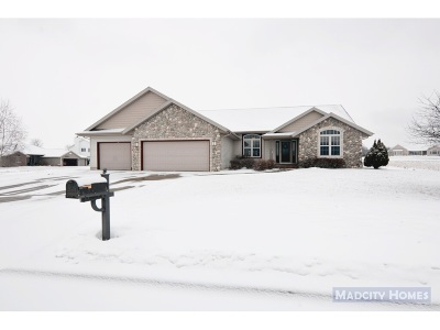 Janesville Single Family Home For Sale: 942 Cambridge Dr