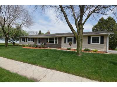 Waunakee Single Family Home For Sale: 910 S Holiday Dr