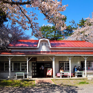 赤い屋根の喫茶店 「駅舎」