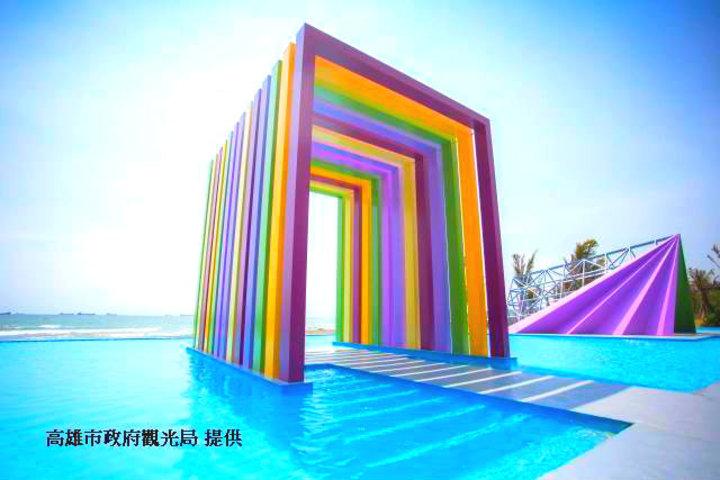 カラフルな虹色のアーチと青空のコントラストが美しい「虹の教会」
