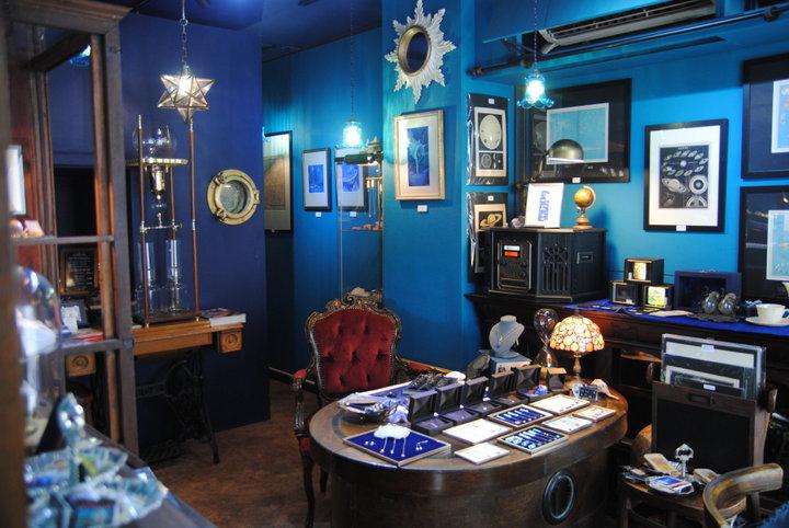 一面鮮やかなブルーの世界! 海と宇宙をテーマにした東京下町のカフェ「アンダート」