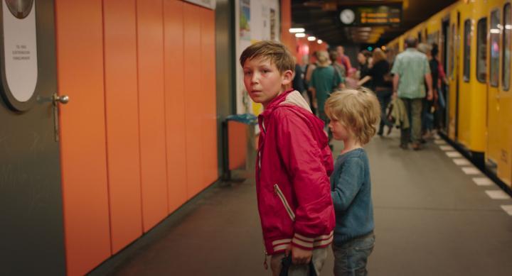 兄弟は行方の分からないママを捜してベルリンの街を駆け回る
