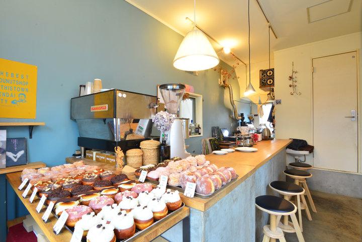 商店街に建つ小さなコーヒースタンド