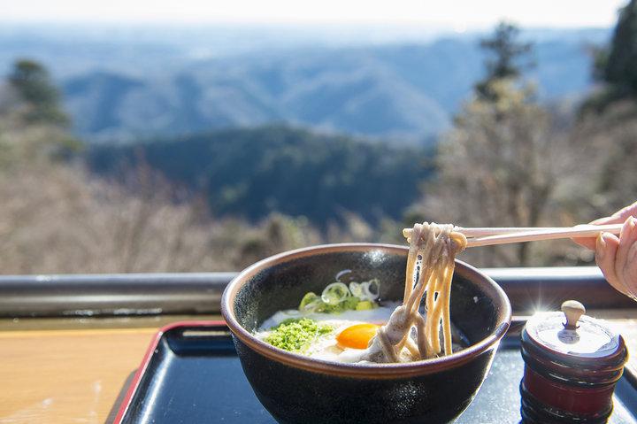 澄んだ空気の中で、極上の一杯を。わざわざ食べに行きたい、高尾山の「冬そば」3選