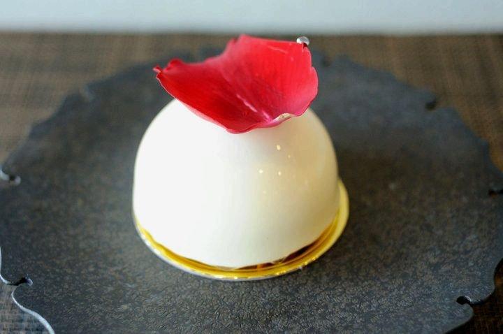バラがふんわり香るケーキ「セイイチロウ ニシゾノ」