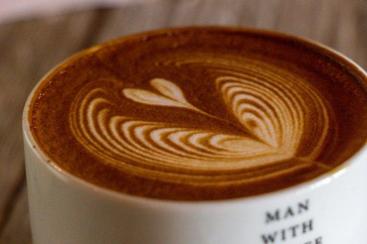 美しいラテアートに、コーヒーに合う特注スイーツ