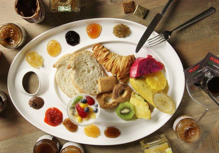 ジャムやソースでカラフルに彩られた朝食プレート