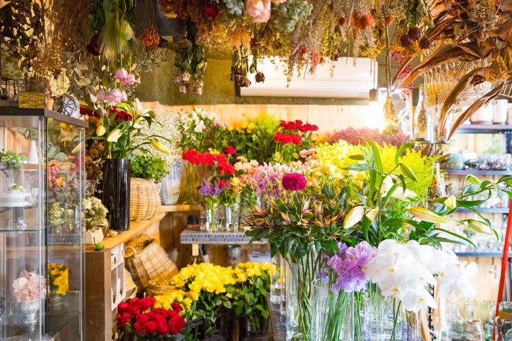 カラフルな花々が店内を彩る花屋&カフェ