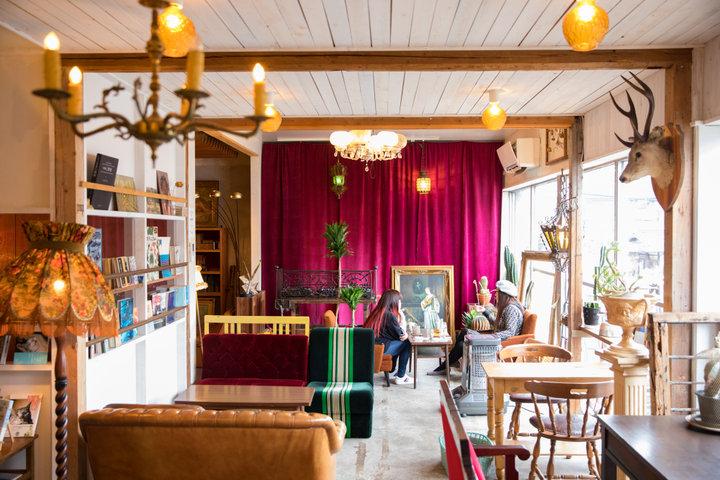 アンティークの家具が配されたアートなカフェ