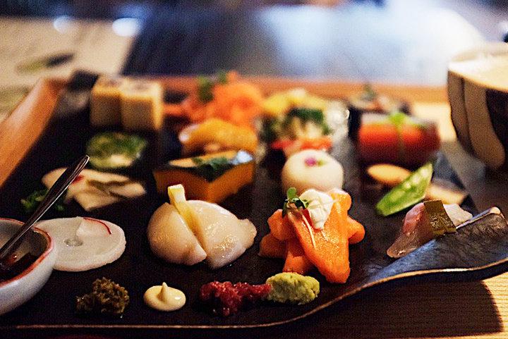北海道の海の幸と山の幸。札幌・かまだ茶寮 円山で16種の美しい手織り寿しを