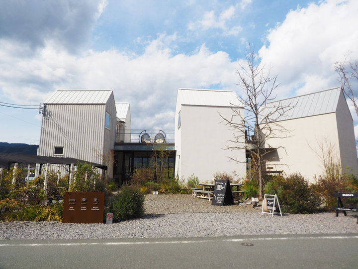 北欧の名作家具に囲まれる宿「白のMINKA」