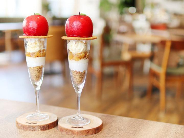 【第4位】真っ赤な丸ごとリンゴのパフェが話題。「RIS CAFE」2号店が神戸でオープン