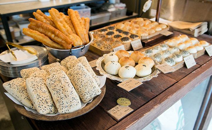 搾りたての豆漿に、台湾の伝統的なパンがずらり!