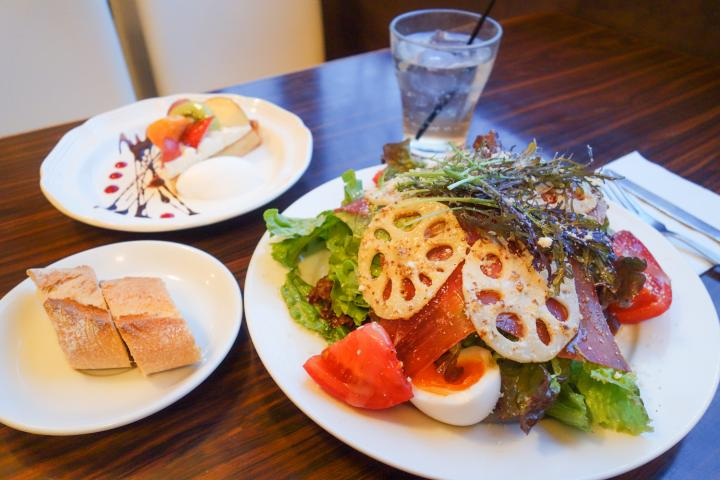 野菜たっぷりのサラダランチが人気。中目黒の隠れ家ビストロ「ユイット」