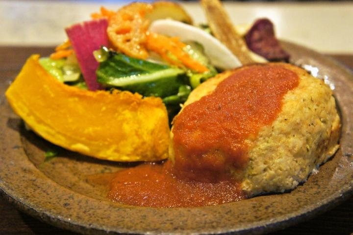 加賀麩や地物の野菜がたっぷり。薬草も入った体にやさしい金沢ごはん。