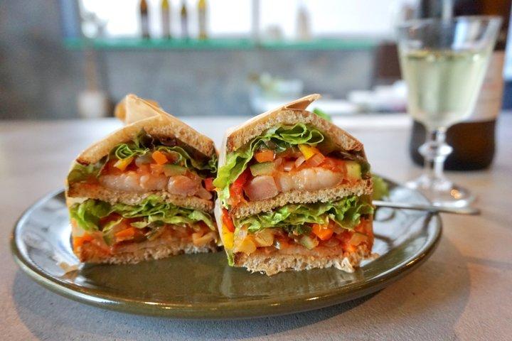 天然酵母のカンパーニュを使ったサンドイッチの中身は 自家製のローストビーフやパンチェッタ