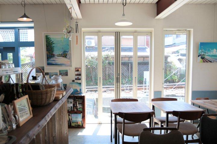 白と青を基調にしたさわやかなカフェ