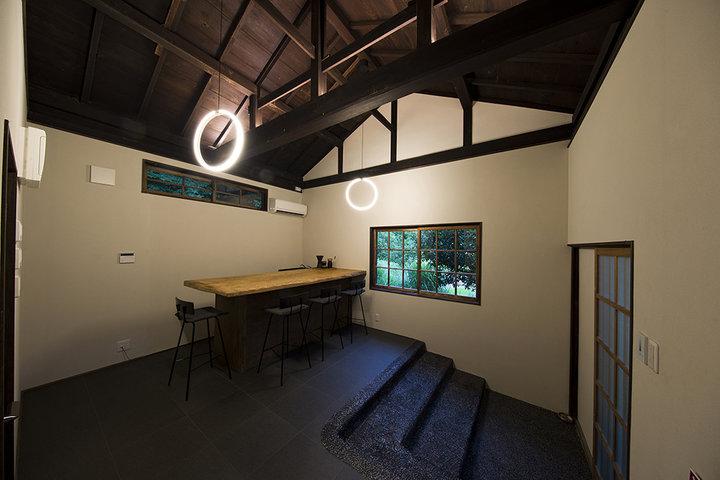 旧駅長宿舎をリノベーションし、地元の木材を生かしたホテルに。