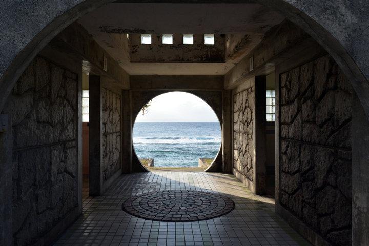 丸いフレームが絵になる透明度抜群の「ダンヌ浜」