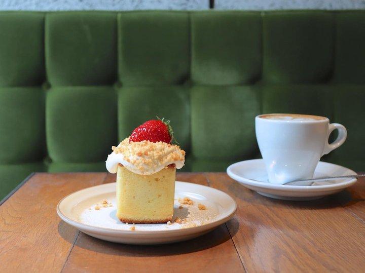 下町情緒溢れる門前仲町の「MONZ CAFE」で甘酸っぱい苺のベイクドケーキとコーヒーを楽しむ