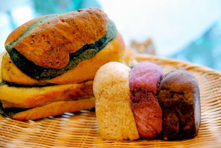 まるで野菜畑!カラフルなパンが並ぶ「パリットフワット」