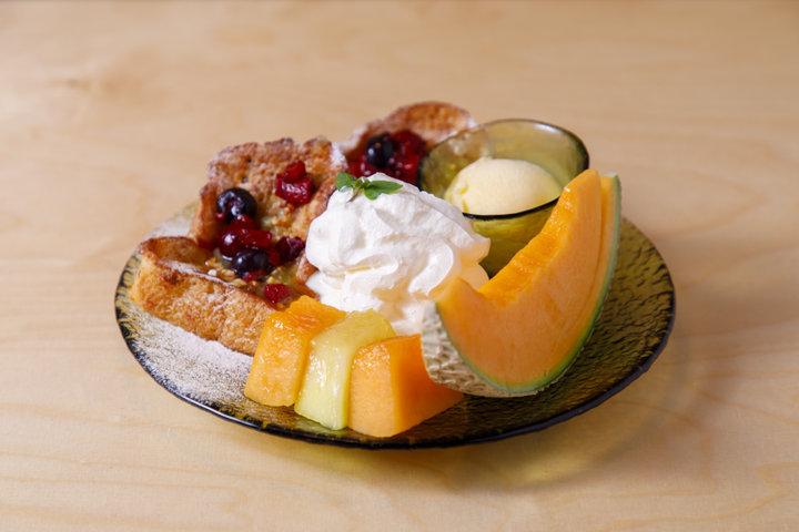 【第3位】生メロンの食べ比べもできる!外カリ中ふわの贅沢フレンチトーストが人気/神楽坂「メロンとロマン」