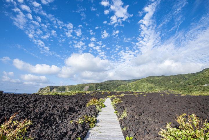 火山のエネルギーに満たされる、溶岩の上の遊歩道