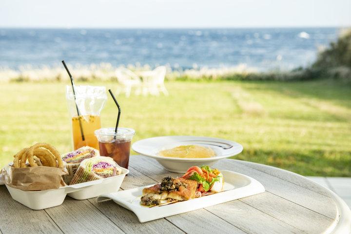 テラス席が気持ちいい、海の前のカフェでひと休み
