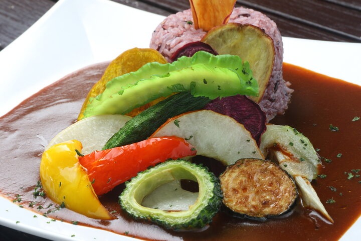 色鮮やかな島野菜がトッピングされた  フルーツが隠し味の南国カレー