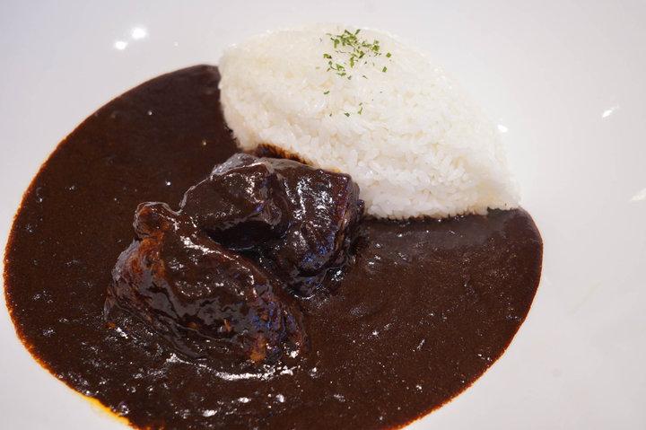 新宿駅すぐ!洋食歴40年のシェフが作る贅沢ビーフカレー「咖喱屋ボングー」