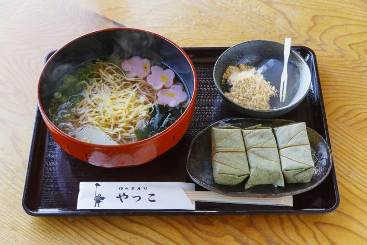 五感で桜を味わえる「柿の葉寿司 やっこ」