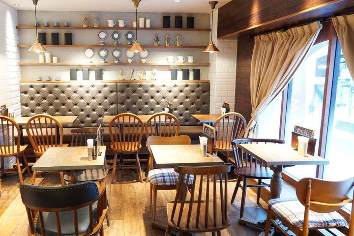 アーチ型の窓が柔らかい雰囲気を醸し出すカフェ