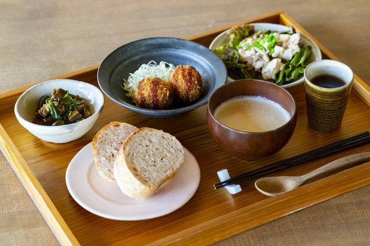 【第1位】行き交う電車を眺めてのんびり、鎌倉のごはんカフェ「sahan」
