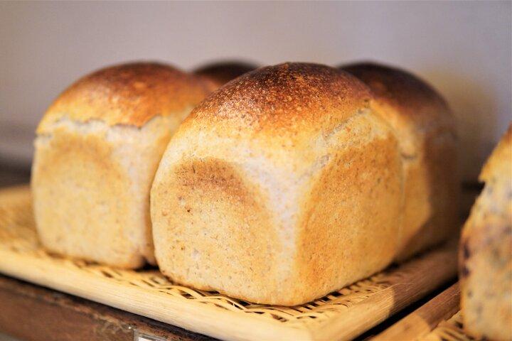 店の奥で毎朝焼きあげる体に優しいパン