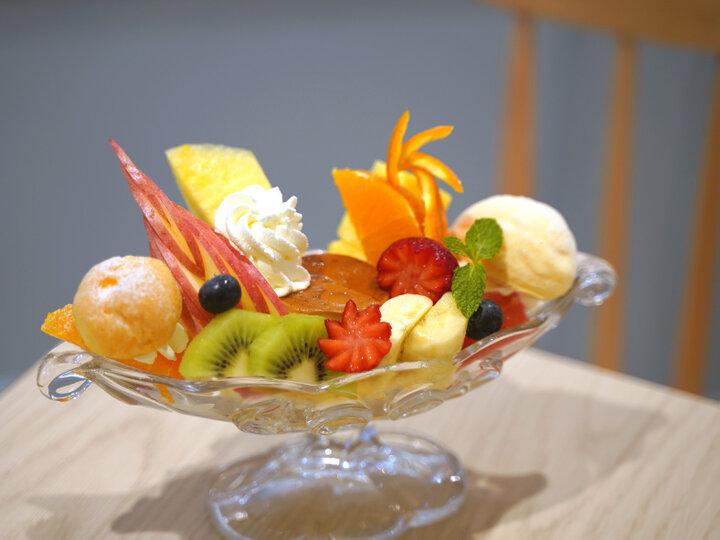 多彩なフルーツが味わえる「プリンアラモード」