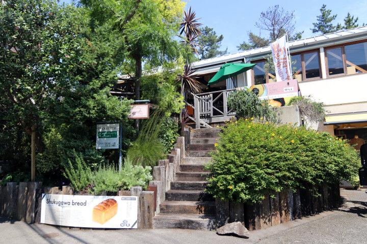 住宅街の一角に立つ、食パン専門店のカフェ