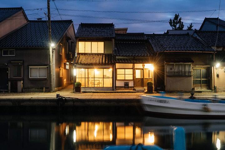 内川沿いの漁師の家をリノベーション。一棟貸しの宿「水辺の民家ホテル」