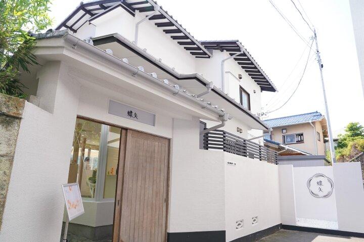 白壁が引き立つ鎌倉らしい風情のある一軒家