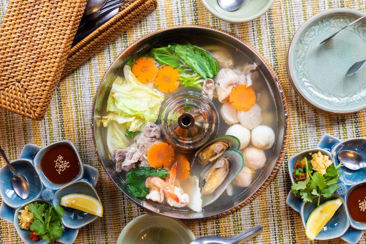 【タイ】自家製の辛いタレで味わう 具材の旨みがしみ出たあっさりとしたタイスキ