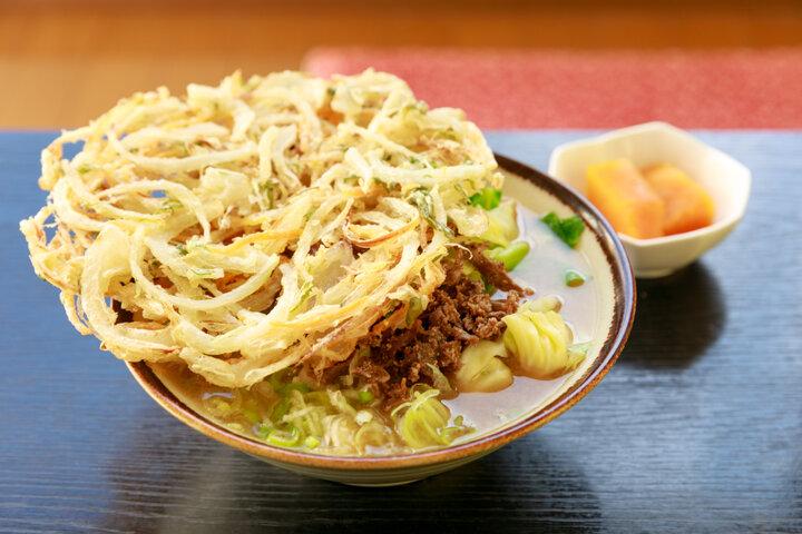 大きな天ぷらをのせて♪  名物の吉田うどんを味わいましょう「あかり亭」