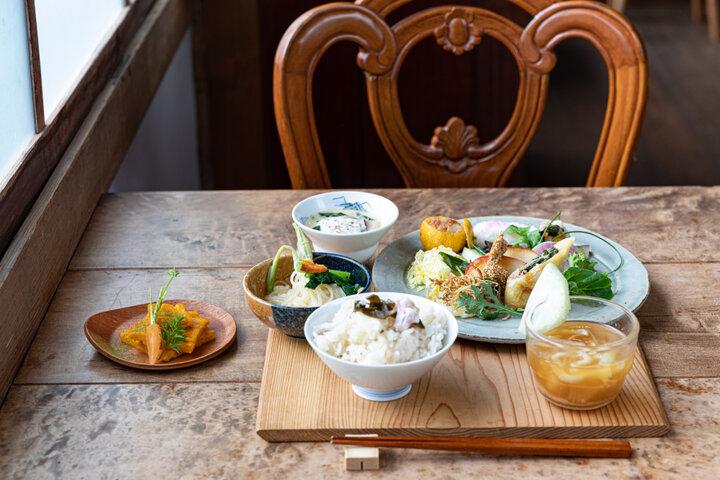 「レストラン糧」で、里山の恵みを束ねたランチをいただきます