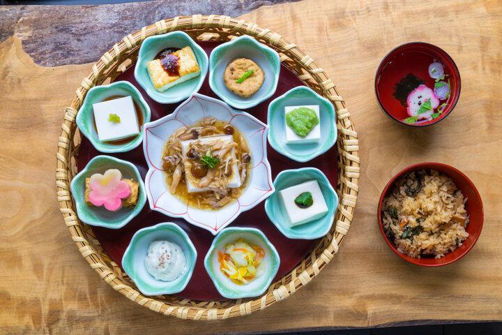 ねっとりとした食感と上品な風味の生ごま豆腐を味わう