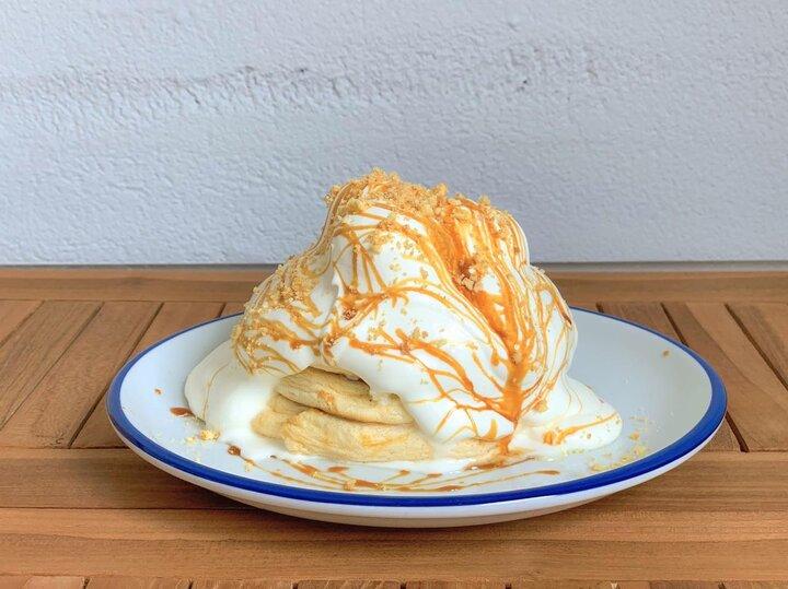 かためのプリンやクリームソーダも♪移転オープンした自家製パンケーキが人気の北千住「茶香」
