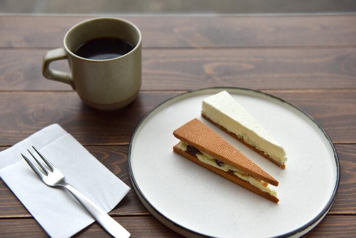 こっくり濃厚なレーズンサンドとブルーチーズケーキ